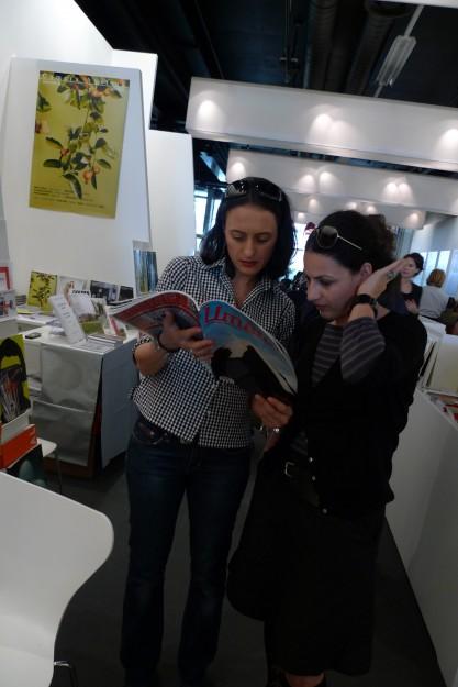 Heidi-Jane Hak liest mit allergrösstem Interesse die Klassezeitschrift Umelec