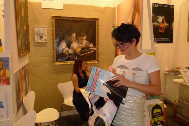 Anna-Lena Köfeler studiert aufs Interessierteste die Schweizer Nummer von Umelec