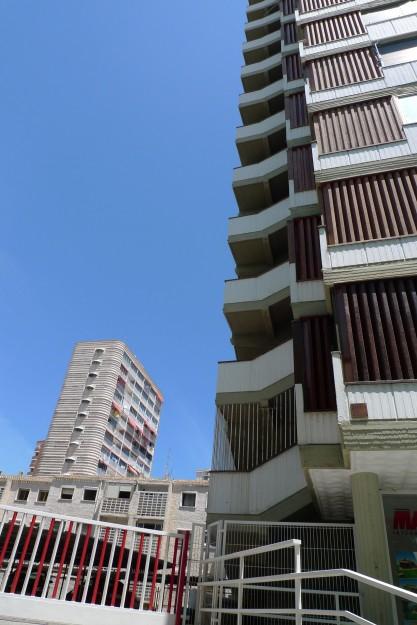 Moderne unter blauem Himmel Benidorm