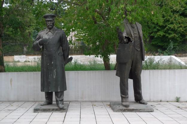 Stalin und ein lädierter Lenin in einem Hinterhof Tiranas
