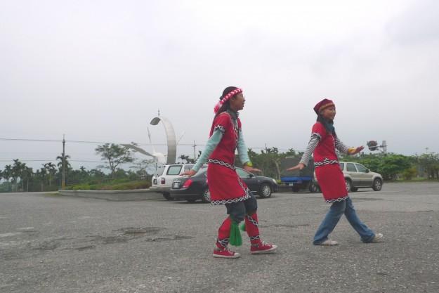 Angestellte von Princess Coffee tanzen für Touristen