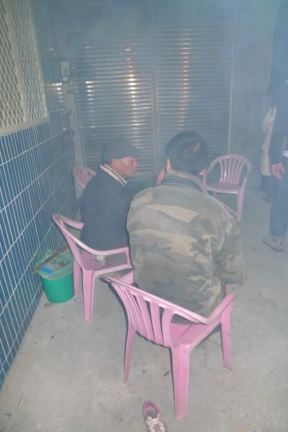 Rauchgeschwängert wie die illegale Kellerbar: Lagerfeuer auf der Veranda